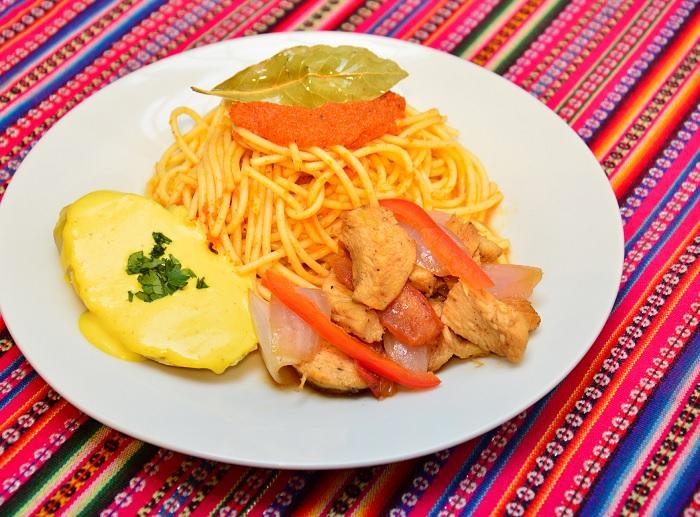 Tallarines Rojos con Pollo y Crema Huancaína