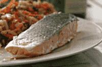 Salmone e verdure, alimenti utili nella tiroidite