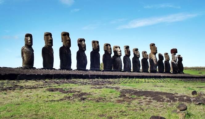 patung-patung moai berdiri di pulau paskah