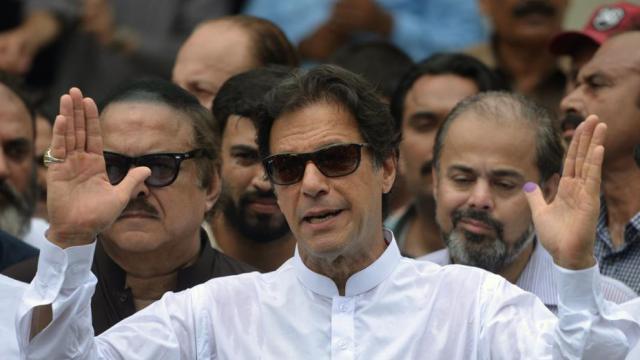 पाकिस्तान के प्रधान मंत्री इमरान खान ने 20 सदस्यीय कैबिनेट को मंजूरी दी