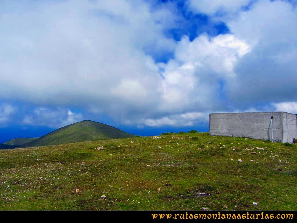 Ruta Llan de Cubel y Cueto: De camino al Llan de Cubel, depósito en el camino