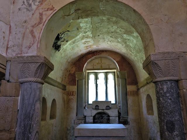 Vista de la decoración de las ventanas y altar en el abside de  Santa Maria de Valdedios en Villaviciosa (Asturias-España)