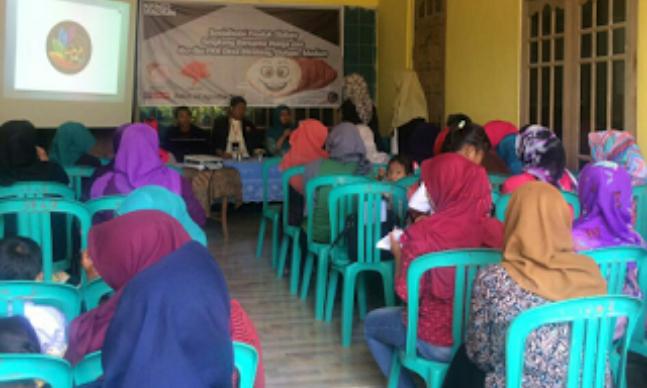 """Indikatormalang.com- Mahasiswa Kuliah Kerja Nyata (KKN) Universitas Muhammadiyah Malang (UMM) laksanakan sosialisasi untuk meningkatkan nilai ekonomi pengelolaan singkong menjadi es krim dan kripik di Desa Blimbing, Kecamatan Dolopo, Kabupaten Madiun (18/8/17).  """"Sosialisasi ini adalah untuk meningkatkan perekonomian warga Desa Blimbing, dan pemanfaatan sumber daya alam yang ada tanpa harus menjualnya terlebih dahulu setelah panen,"""" ujar Havid Auliyak Ketua Divisi Ekonomi KKN UMM kelompok 52 tersebut.  Ketua PKK Desa Blimbing Sri Sukenti mengaku senang dengan adanya sosialisasi ini. Ibu-ibu PKK juga berharap agar masih ada lagi inovasi-inovasi tentang pengolahan SDA yang bisa diterapkan.  """"Saya sangat berterimakasih kami bisa mendapatkan ilmu baru, Dulu singkong hanya kami olah menjadi kue dan camilan biasa"""", tutur Ibu Sri.  """"Ternyata bisa juga dijadikan es krim dan bahkan kulit sekunder singkong juga bisa dijadikan kripik,"""" tambahnya."""