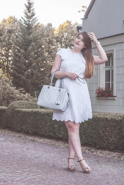 Białą sukienka na lato