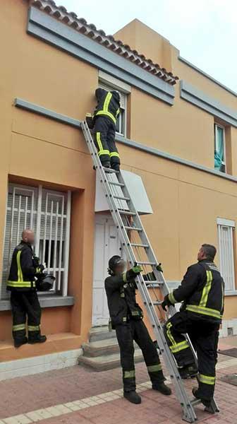 Bomberos   rescatan a una mujer de 72 años que había caído de su domicilio en Las Palmas de Gran Canaria