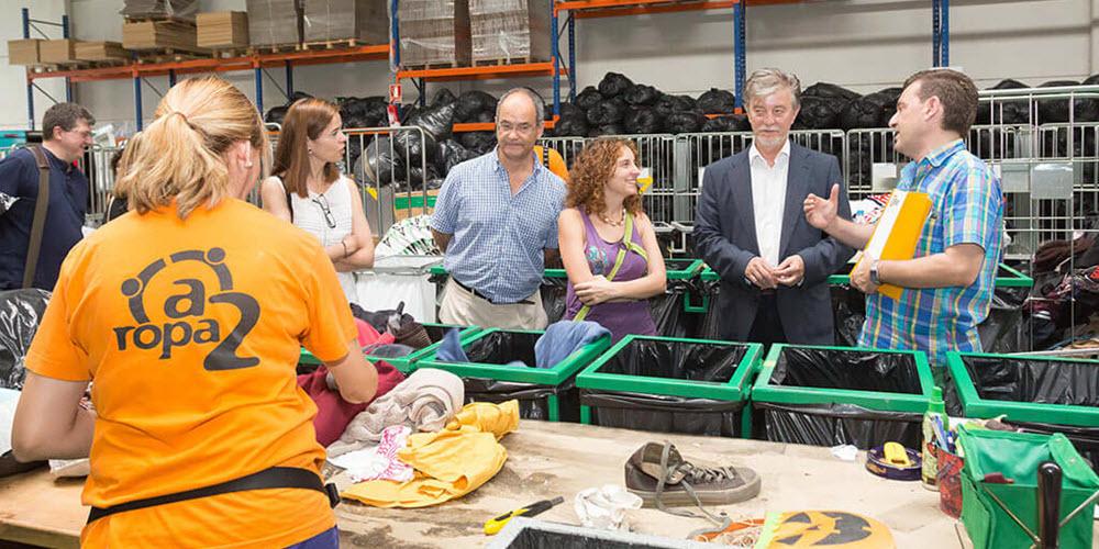 El reciclaje de los contenedores de ropa usada de aRopa2 en Zaragoza da trabajo estable a 12 personas