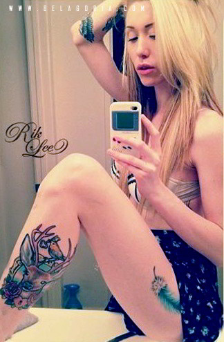 Foto de una preciosa modelo tatuada con ciervo en instagram