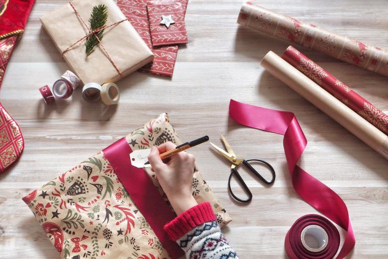 Ruban et papier kraft pour de jolis emballages cadeaux