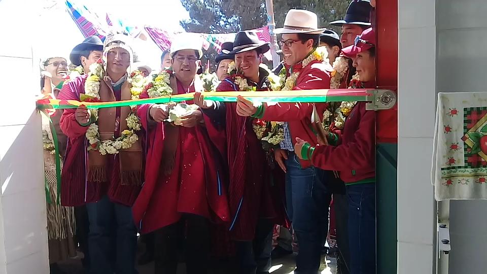 Patzi junto a productores lecheros en el municipio altiplánico