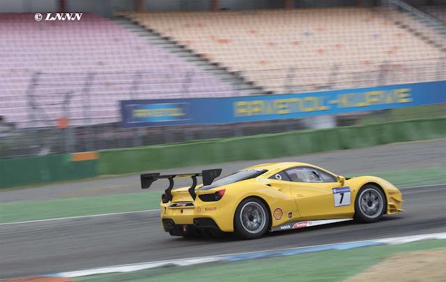 Gelber Ferrari 488 Challenge auf dem Hockenheimring mit Splitter und Heckspoiler