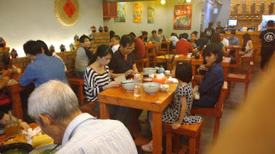 restaurant yu noodles evening crowd