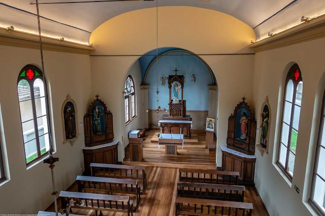 Capela Nossa Senhora da Glória - o interior - vista do altar a partir do coro
