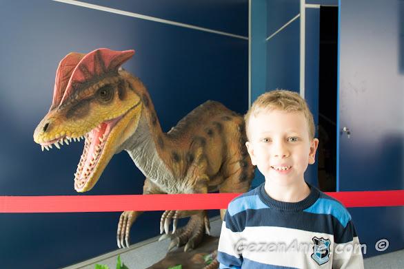 dinozor maketi ile poz veren oğlum, Sancaktepe Bilim Merkezi İstanbul