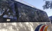 Καλαμάτα: Επίθεση με πέτρες στο πούλμαν που μετέφερε μέλη της Διοικήσης του Πανηλειακού (φώτο)