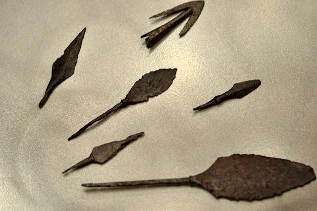 wczesnośredniowieczne groty strzał na wystawie Ukraina przed wiekami w Muzeum Archeologicznym we Wrocławiu