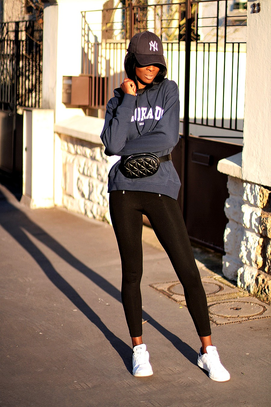 inspiration-tenue-casual-avec-adidas-stan-smith-sac-ceinture-sweat