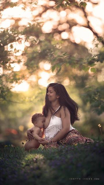 """A fotógrafa Ivette Ivens resolveu abordar esta questão """"controversa"""" em sua série de fotos Breastfeeding Goddesses."""