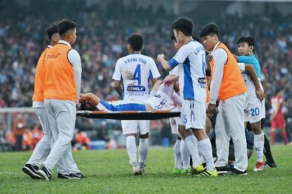 Đã không ít lần Tuấn Anh phải rời sân vì chấn thương nặng