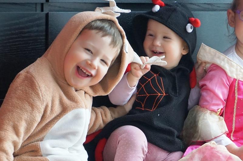 bal przebierańców w przedszkolu i choroba - dzieci w przebraniach renifera i pająka