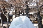 噴水の水が凍って大きな氷の塊が出現