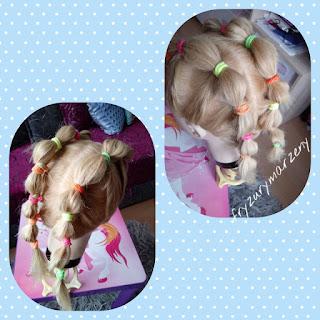 fryzura-fryzura do przedszkola-fryzura do szkoly-kolorowe gumki-kucyki