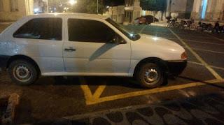 Apesar da faixa indicar área restrita, em Picuí algumas pessoas ainda estacionam carros e motos em locais proibidos