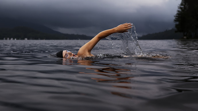 Wallpaper: Swimmer in Action