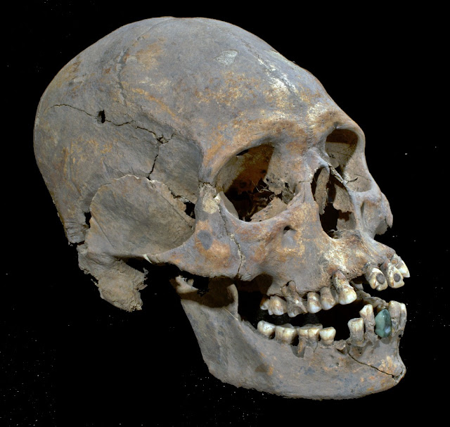 1,600 year old skeleton with stone-encrusted teeth found in Mexico