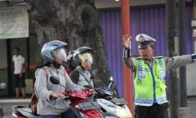 Polisi Ini Milih Jadi Pemulung