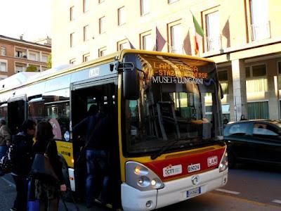 Lam Rossa del aeropuerto a la estación y a Pisa