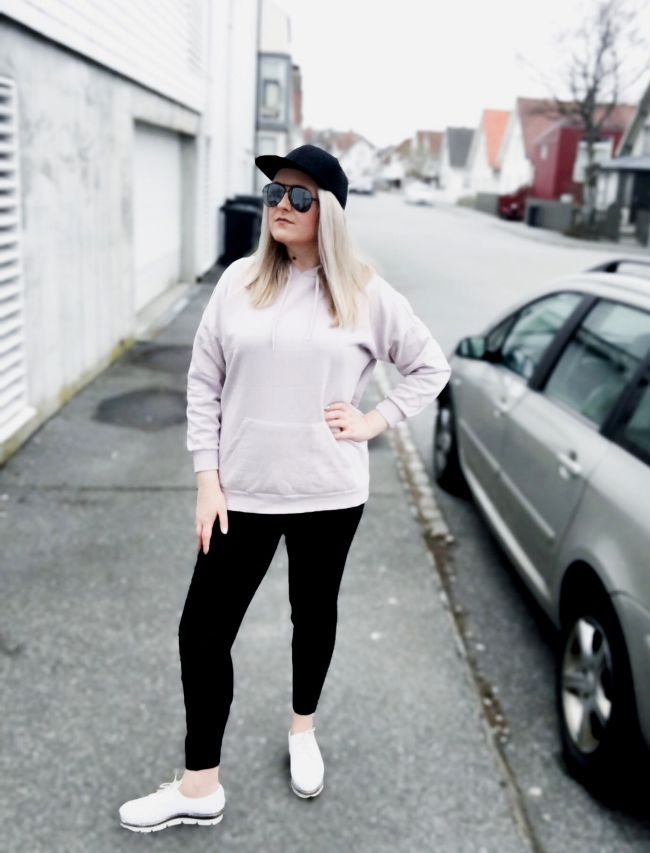 Blogger styling oversize sweatshirt and cap