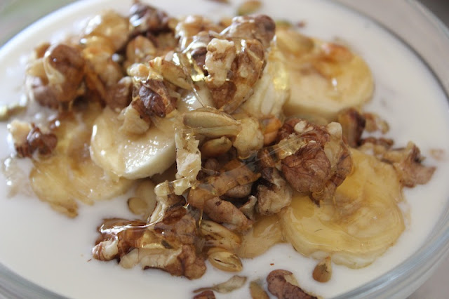 Porridge with banana, walnuts and honey