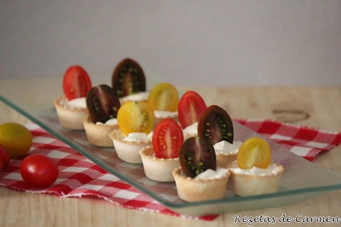 Tartaletas de queso y tomates cherry