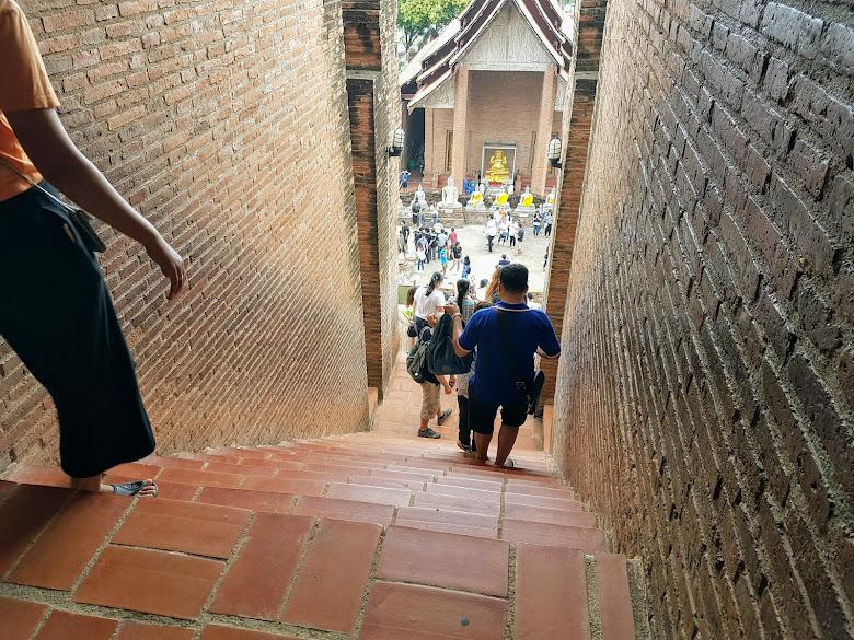 爬上寺上的佛塔往下看,有懼高症會有點抖抖
