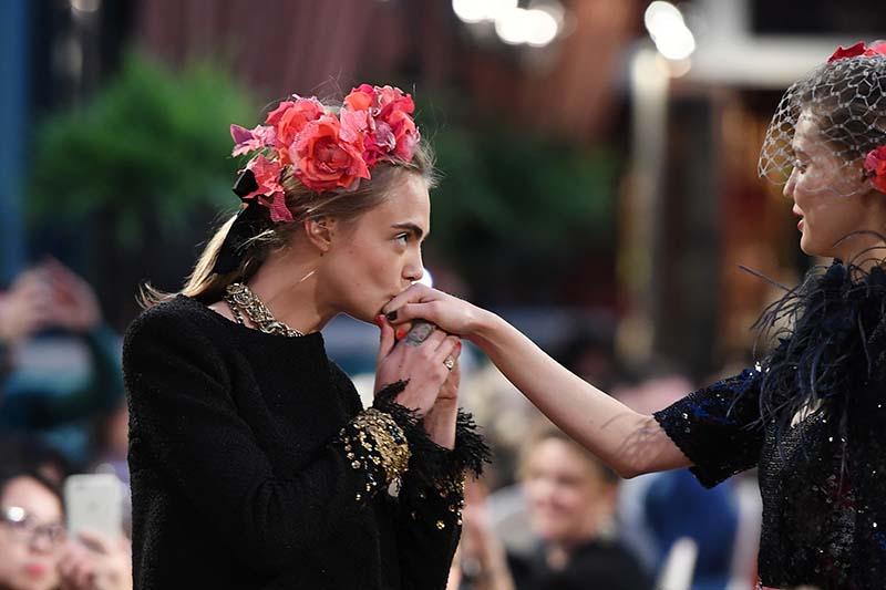 Cara Delevingne au Défilé Chanel Métiers d'Art 2016-2017 - Cosmopolite