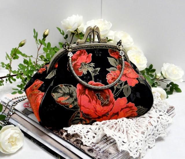 Черная сумка на лето: красные розы, крупные цвет. Подарок девушке, подарок на день рождения