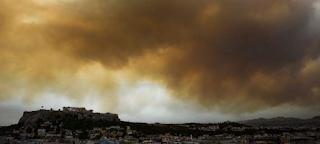 Σκέπασαν την Αθήνα οι καπνοί από τη φωτιά στην Κινέτα -Πάνω από την Ακρόπολη και τη Βουλή - ΕΙΚΟΝΕΣ