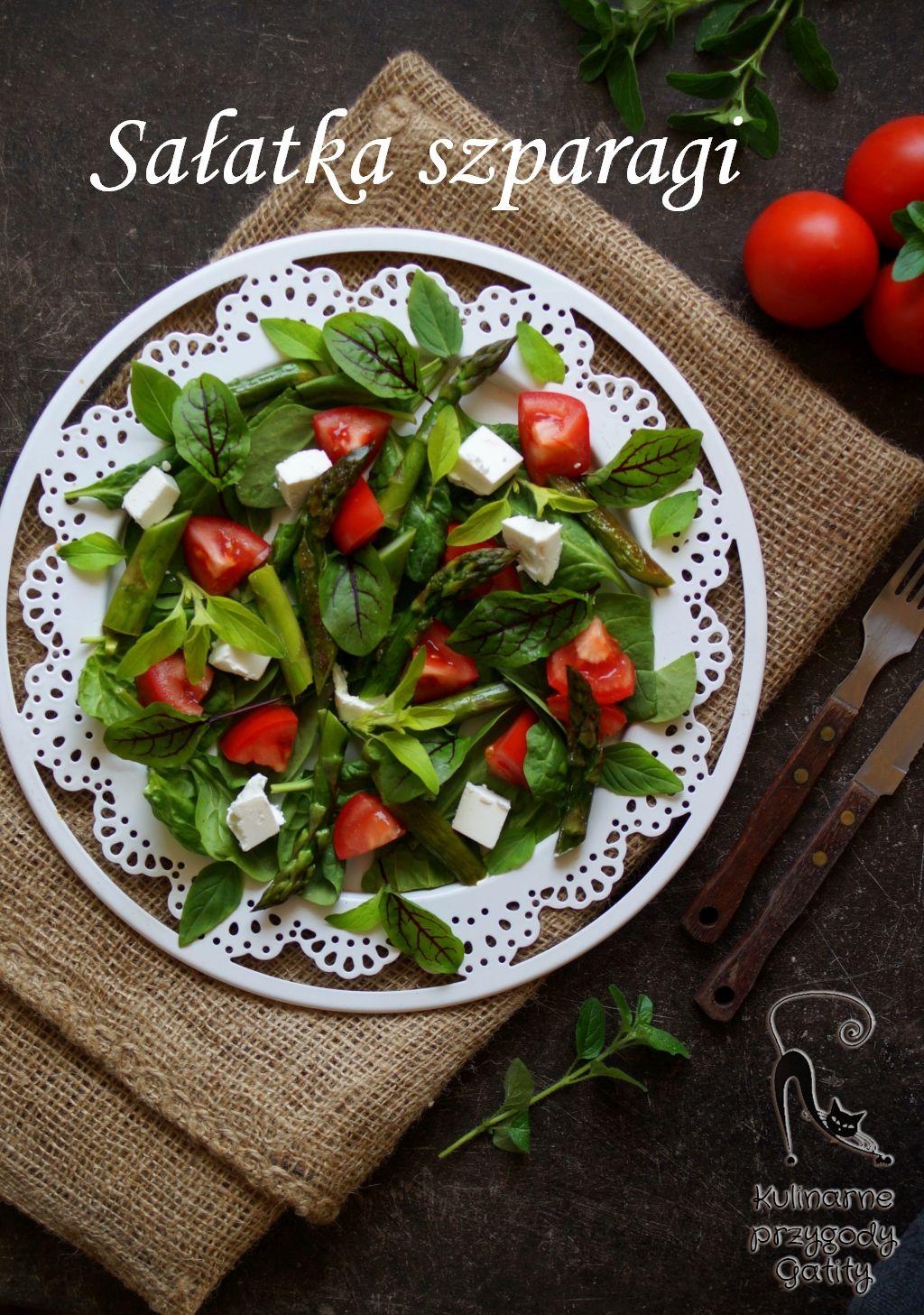 zielona-salatka-na-bialym-talerzu