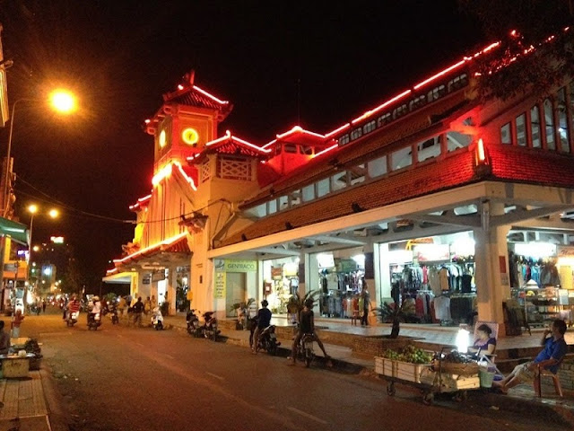 Top 10 popular night markets in Vietnam 9