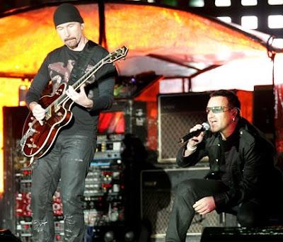 Foto de U2 cantando en concierto