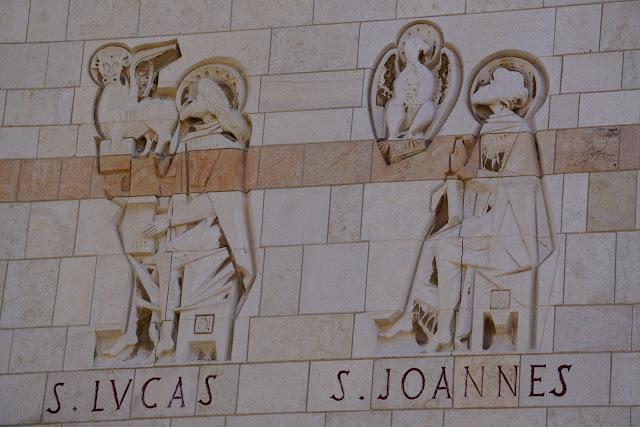 כתובות קיר בכניסה לכנסיית הבשורה