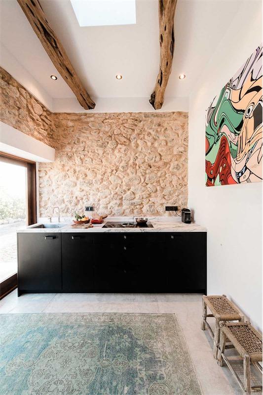 cocina actual con paredes de piedra antigua chicanddeco