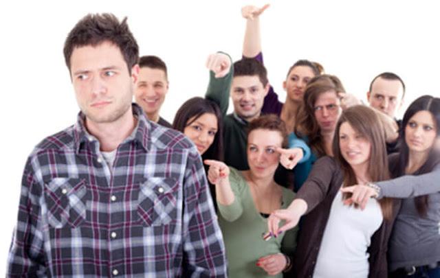 Personas rechazando a un hombre que no puede superar el dolor del rechazo