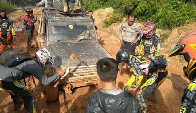 Jajaran Polres Sekadau bersama komunitas sepeda motor trail berkubang lumpur saat melakukan patroli pedalaman Sekadau belum lama ini. Foto: POLRES SEKADAU FOR RAKYAT KALBAR