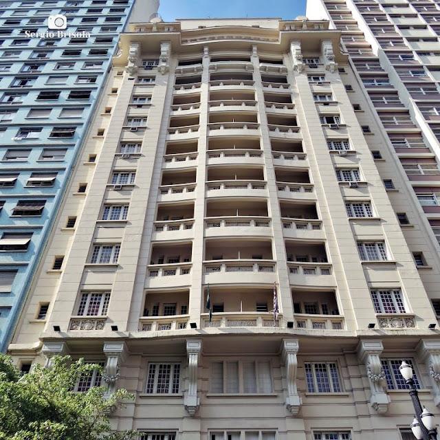 Vista ampla da fachada do antigo Lux Hotel - Santa Ifigênia - São Paulo