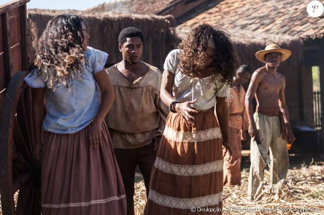 Esméria (Ildi Silva) figurino novela Escrava Mãe, blusa e saia, cena da novela briga com juliana