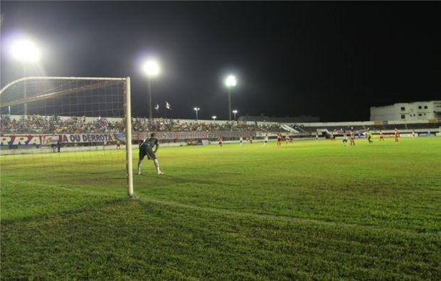 Resultado de imagem para Estádio Etelvino Mendonça a noite