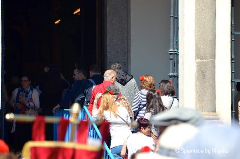 Fiestas San Isidro en Madrid マドリードのサンイシドロ礼拝堂に参拝する市民