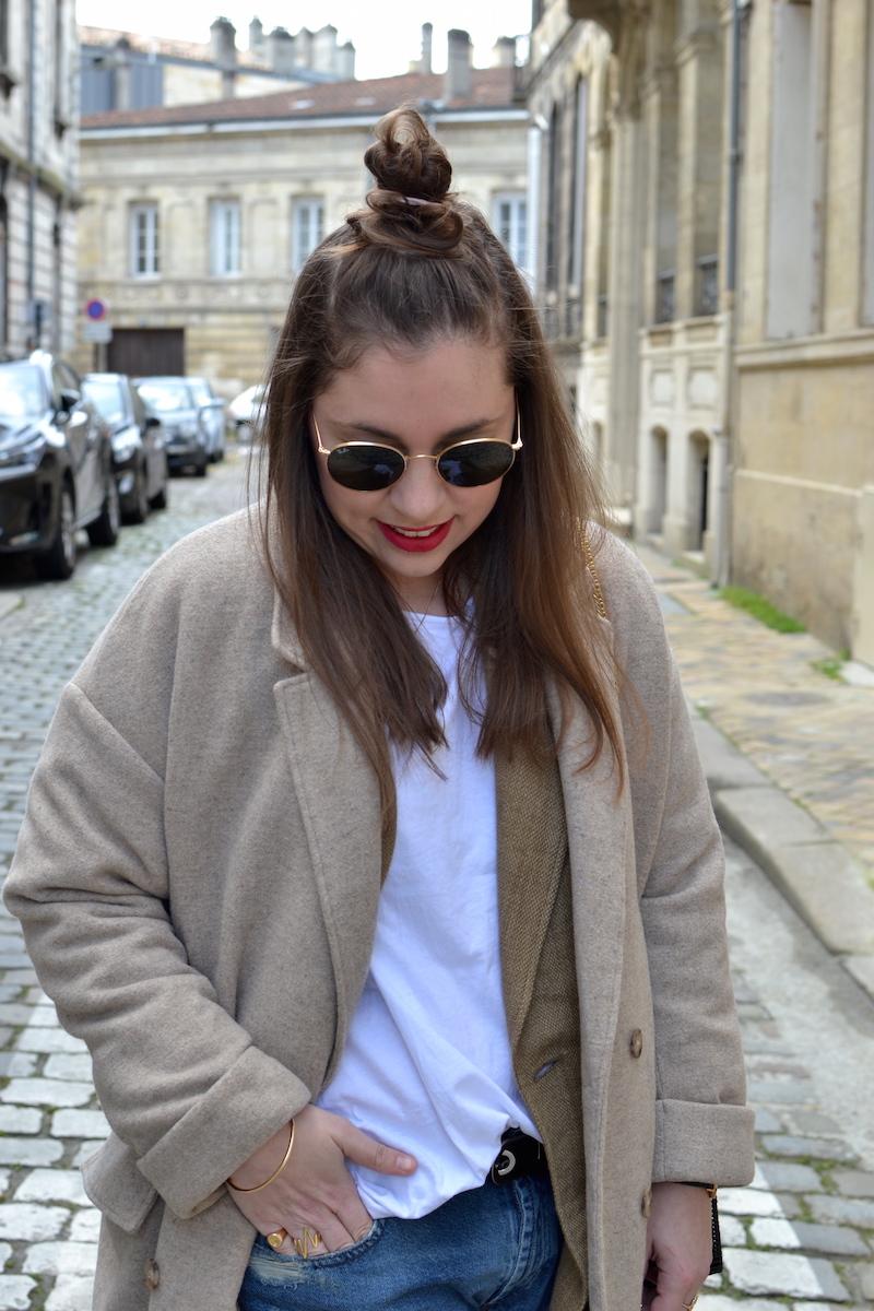 manteau beige American Vintage, Sac en osier noir Zara, Ray Ban, t-shirt blanc Zara