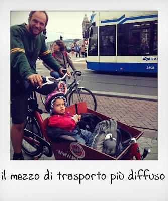 Bambino piccolo in bici con carrellino ad Amsterdam